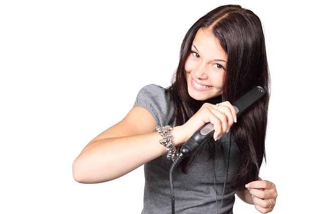 bruneta s žehličkou na vlasy.jpg