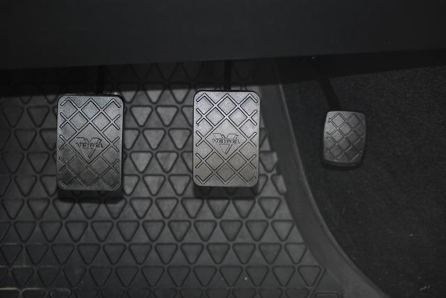 pedály v autě