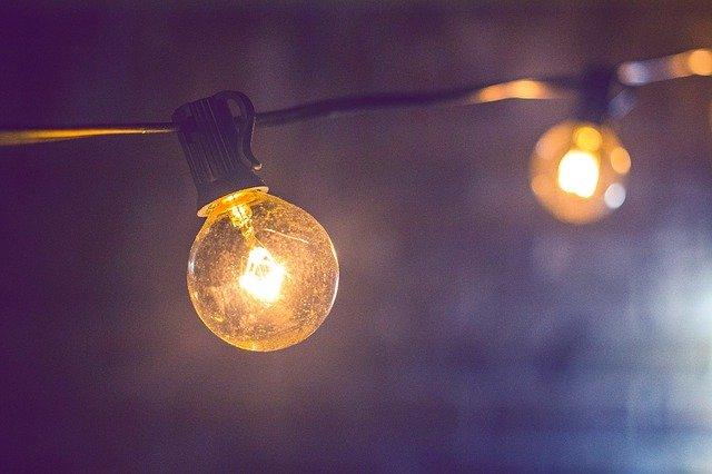 rozsvícený řetěz světel zblízka