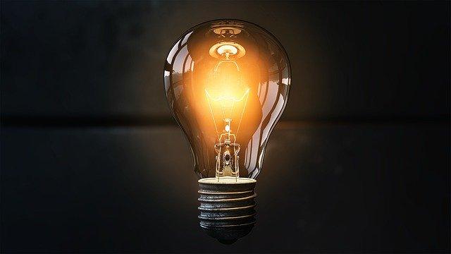 postavená rozsvícená žárovka